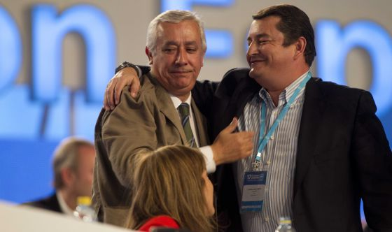 Sanz abraza a Arenas durante el congreso del PP en Sevilla.
