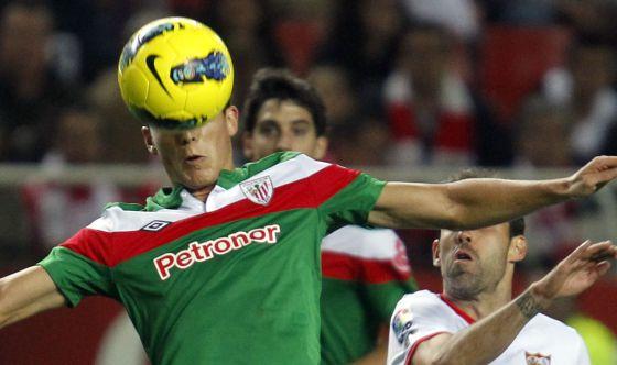 De Marcos controla un balón ante el Sevilla.