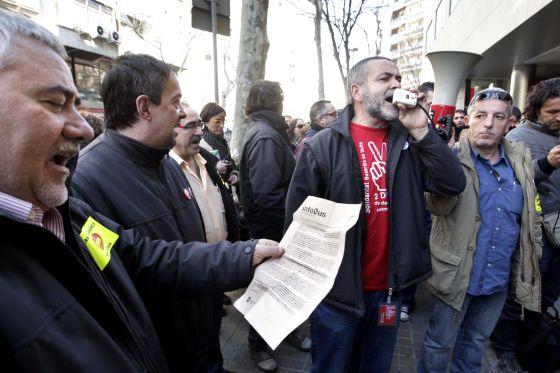 Una treintena de trabajadores se han reunido a la salida de la sede del Departamento de Empresa, en la calle de Sepúlveda.