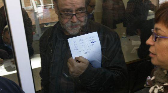 Un sindicalista del metro muestra el resultado de la votación.