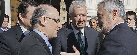 Cristóbal Montoro y José Antonio Griñán se saludan en presencia de Javier Arenas.