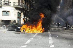 Un coche y diversos contenedores arden en la confluencia de las calles Diputación y Balmes de Barcelona.