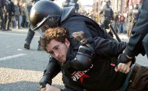 Los Mossos detienen al menos a una persona frente a la entrada del Congreso Mundial de Móviles, en Barcelona.