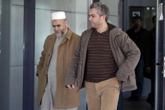 El imán de la mezquita de Terrassa al salir de comisaría donde se negó a declarar.