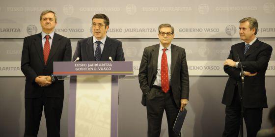 De izquierda a derecha, el consejero de Economía y Hacienda, Carlos Aguirre, el lehendakari Patxi López, el presidente de Kutxabank, Mario Fernández y el consejero de Industria, Bernabé Unda