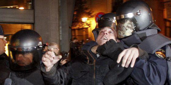 Un policía sujeta a uno de los manifestantes por la reforma laboral el pasado febrero.