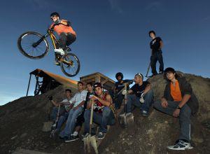 Jóvenes en Rivas ante la pista de cross que han construido.