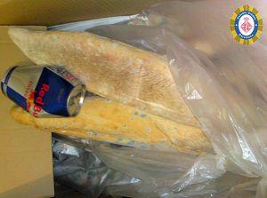 Pan con hongos junto a una lata vacía.