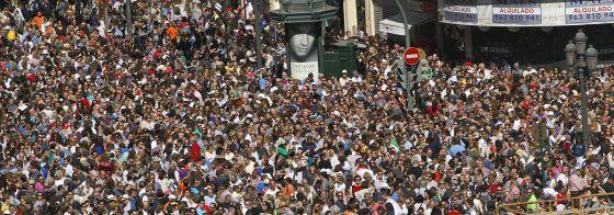 La plaza del Ayuntamiento de Valencia, abarrotada de gente durante la 'mascletá'