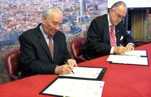Azkuna (derecha) y Borotra firman el acuerdo de colaboración.