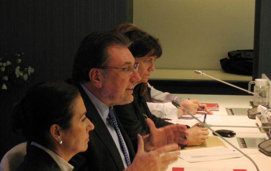 Josep Lluís Cleries, junto a los representantes de las entidades sociales.