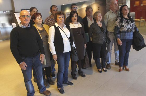 La familia de Eugenio Olaciregui, asesinado por ETA, ayer en un acto en San Sebastián.