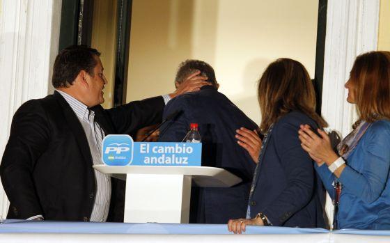 Sanz consuela a Javier Arenas tras los resultados.