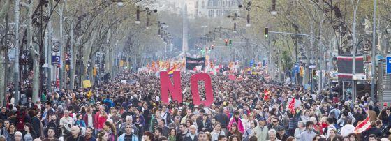 La manifestación convocada por CC OO y UGT en Barcelona abarrotó el paseo de Gràcia.