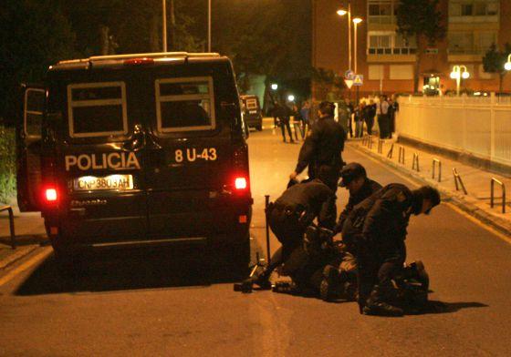 Momento en el que los antidisturbios detienen al periodista de la CIG.