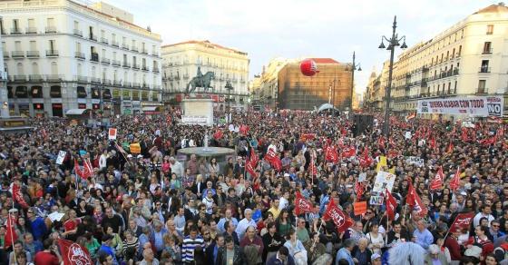 Miles de personas se manifiestan en Sol contra la reforma laboral.