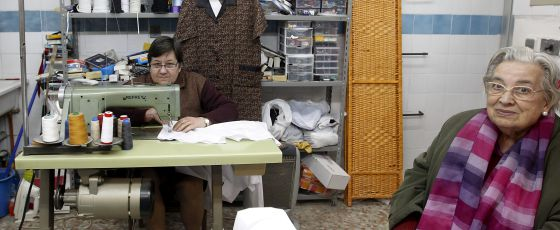 Marisa, dueña de una mercería, con su madre.