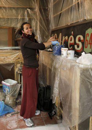 Una joven trabaja en la futura tienda de artesanía.