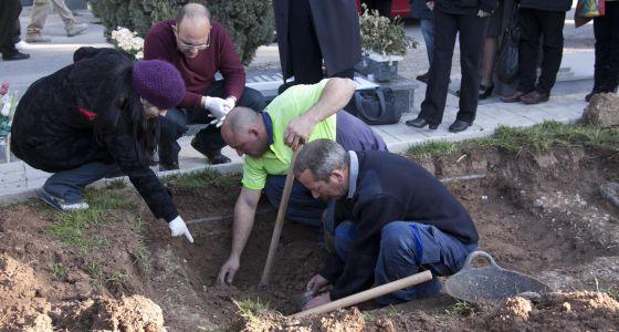 Exhumación en una fosa común de Alicante por la investigación de los bebés robados.
