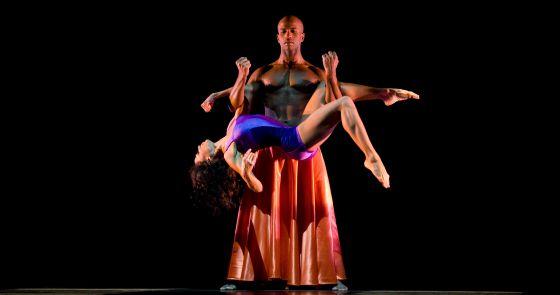 Glenn Allen Sims y Linda Celeste del Alvin Ailey American Dance Theater en la coreografía