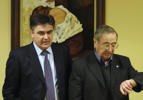 El cura Benigno Moure (derecha), acompañado por un abogado.  N.G.