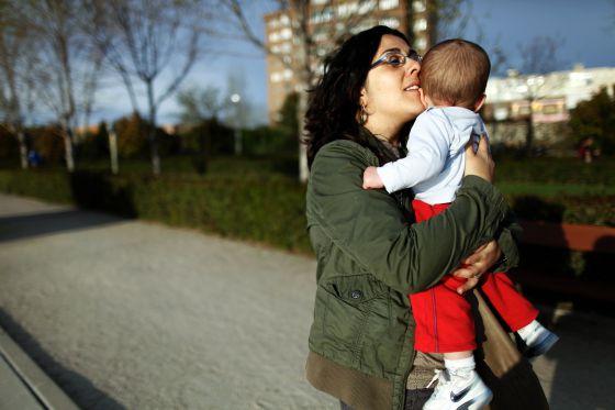 Rocío, con su hijo Víctor en brazos.