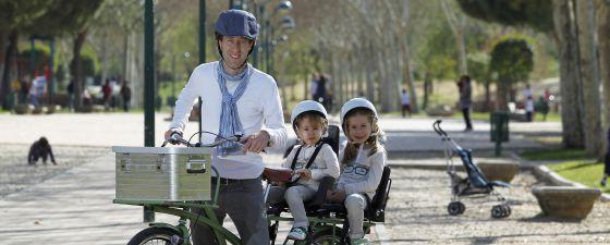 El padre ciclista, Oliver Green, pasea a sus hijas por Pozuelo.