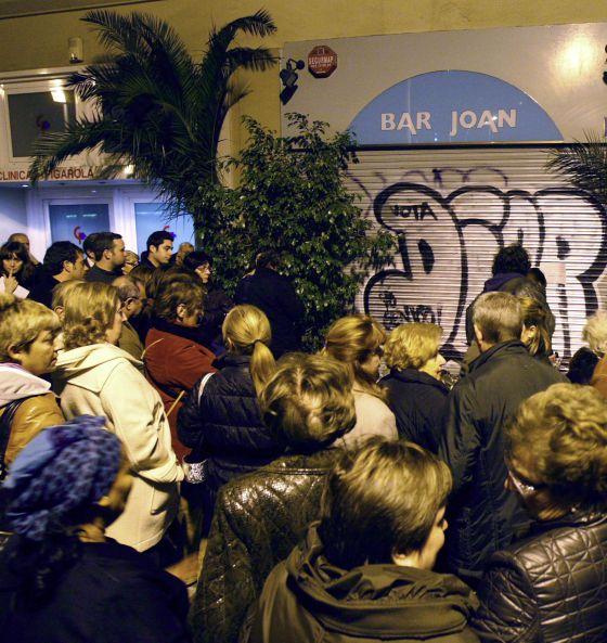 Concentración frente al Bar Joan de Barcelona tras el doble crimen.