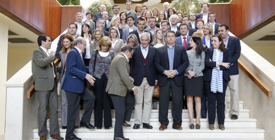 Javier Arenas con su futuro grupo parlamentario en Lepe.