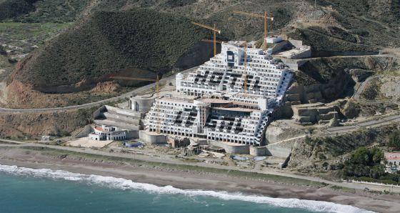 Vista del hotel ubicado en la playa almeriense de El Algarrobico.