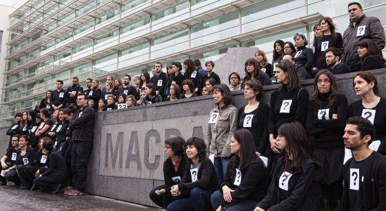 Los trabajadores del Macba protestan por los despidos en el museo.