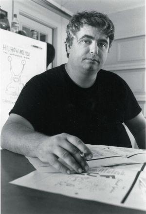 Daniel Johnston ante su más famosa creación.