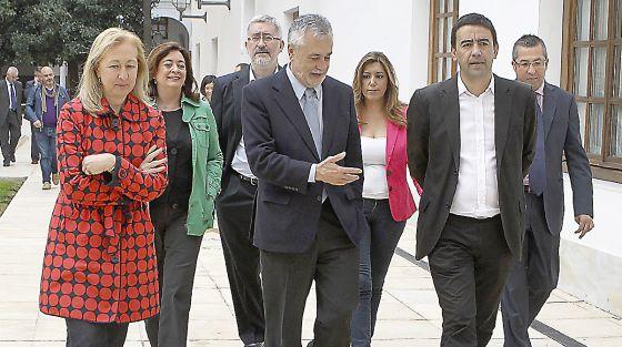 José Antonio Griñán (en el centro) acompañado de dirigentes socialistas el pasado jueves, en el Parlamento andaluz