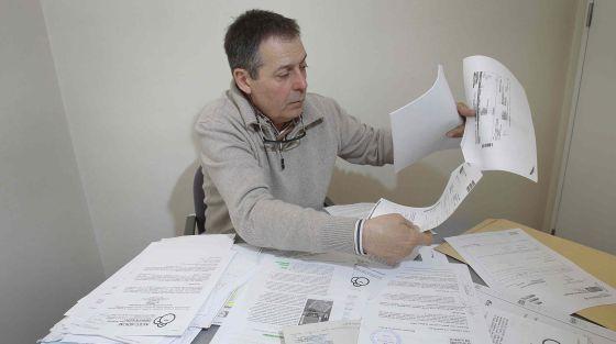 José de Azevedo ante los papeles que acumula desde 2006.