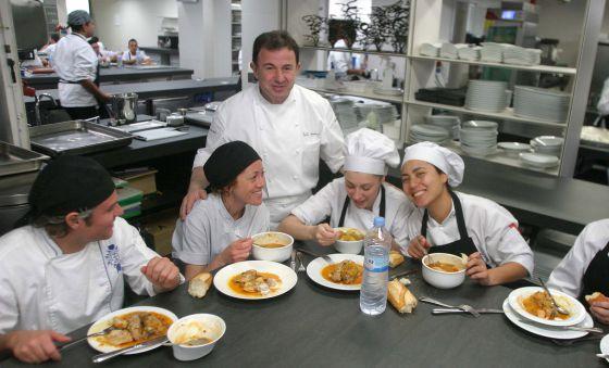 Martin Berasategi charlando a la hora de la comida con los aprendices de cocina.