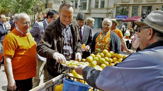 El presidente del Consell, Alberto Fabra, durante su visita ayer al Mercado de la Naranja de Castellón.