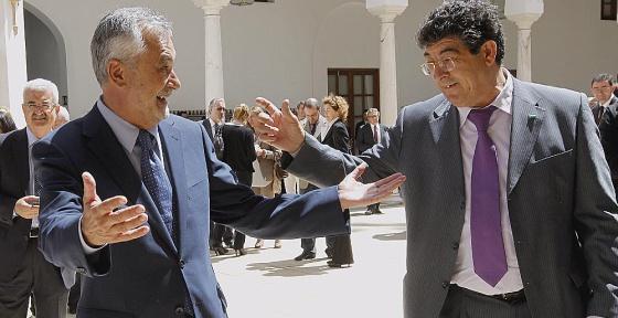 Griñán y Valderas se saludaron de manera efusiva en el Parlamento, tras la sesión constitutiva de la Cámara.