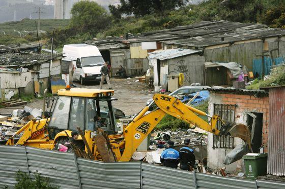 Las maquinas trabajando en el poblado de Penamoa