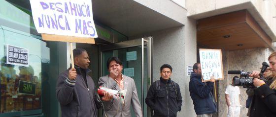 Un detenido en una protesta ante una oficina de bankia for Oficinas de bankia en madrid