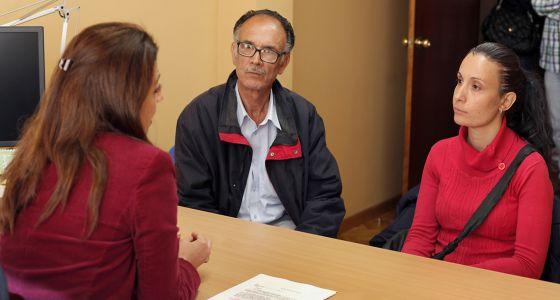 La mediadora Raquel Arias, en la sesión informativa con Verónica Carbonell y su padre.