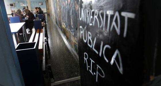Una inscripción sobre un ataúd en la Facultad de Filosofía de Valencia da por muerta la universidad pública.