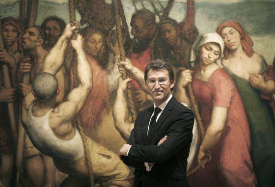 Alberto Núñez Feijóo, junto al cuadro 'A barca de Caronte' de Isaac Díaz Pardo.  ANXO IGLESIAS