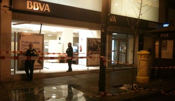 El escaparate de la sucursal de un banco de la calle Princesa quedó destrozado.