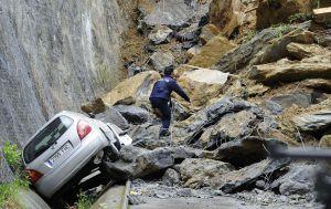 Una veintena de coches han sido sepultados tras el desprendimiento de parte de un monte en Ermua.