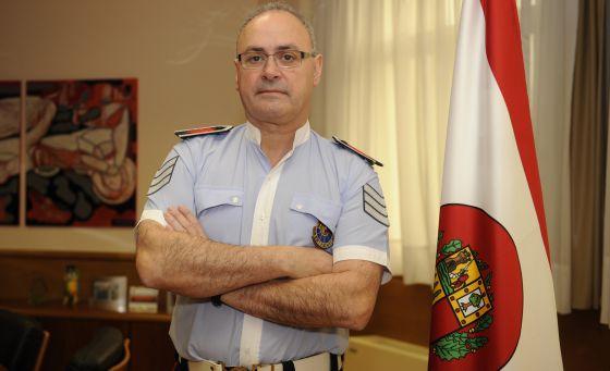 José Antonio Varela posa en la sede del Gobierno vasco, en Lakua (Vitoria), ante una bandera de la Ertzaintza.