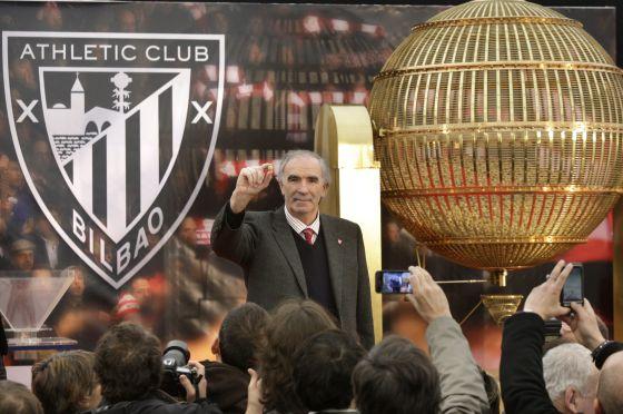 José Ángel Iribar muestra el número 29.773 que ha extraído para el sorteo de entradas para la final de la Copa del Rey.