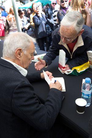 Eduardo Mendoza firma uno de sus libros.