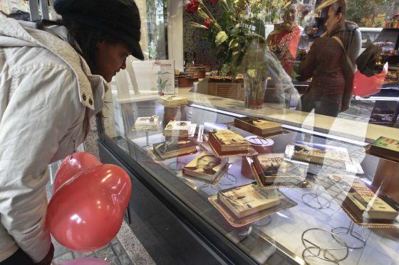 Escaparate de la pastelería Vives con libros-pasteles ( reproducción de portadas de chocolate blanco).