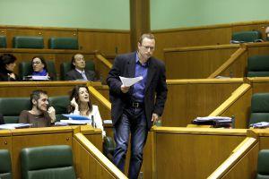 El parlamentario de EA, Juanjo Agirrezabalaga, sale de su escaño durante el pleno.