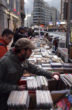 Venta callejera en la Gran Vía el Día del Libro.